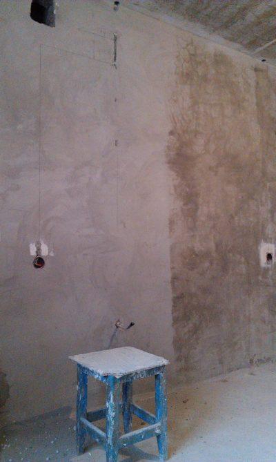 Грунтование оштукатуренной стены